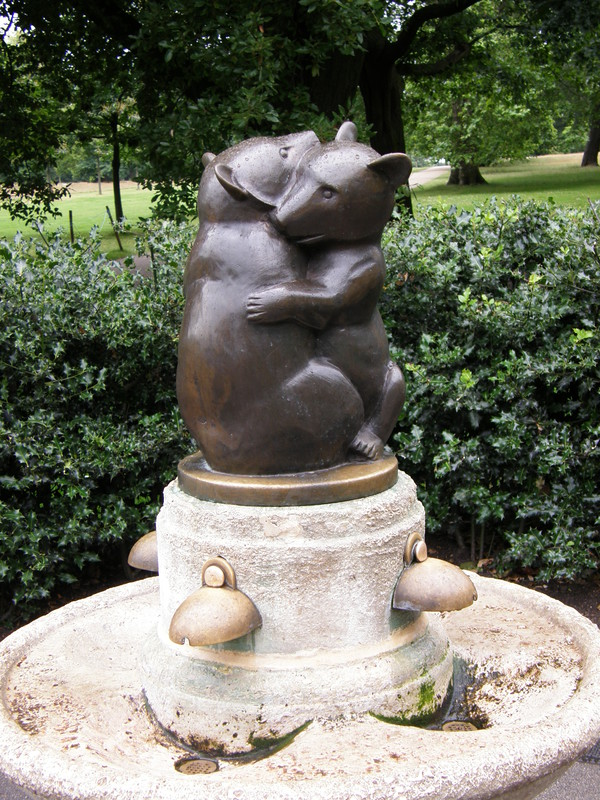 The cuddling bears near the Italian Gardens