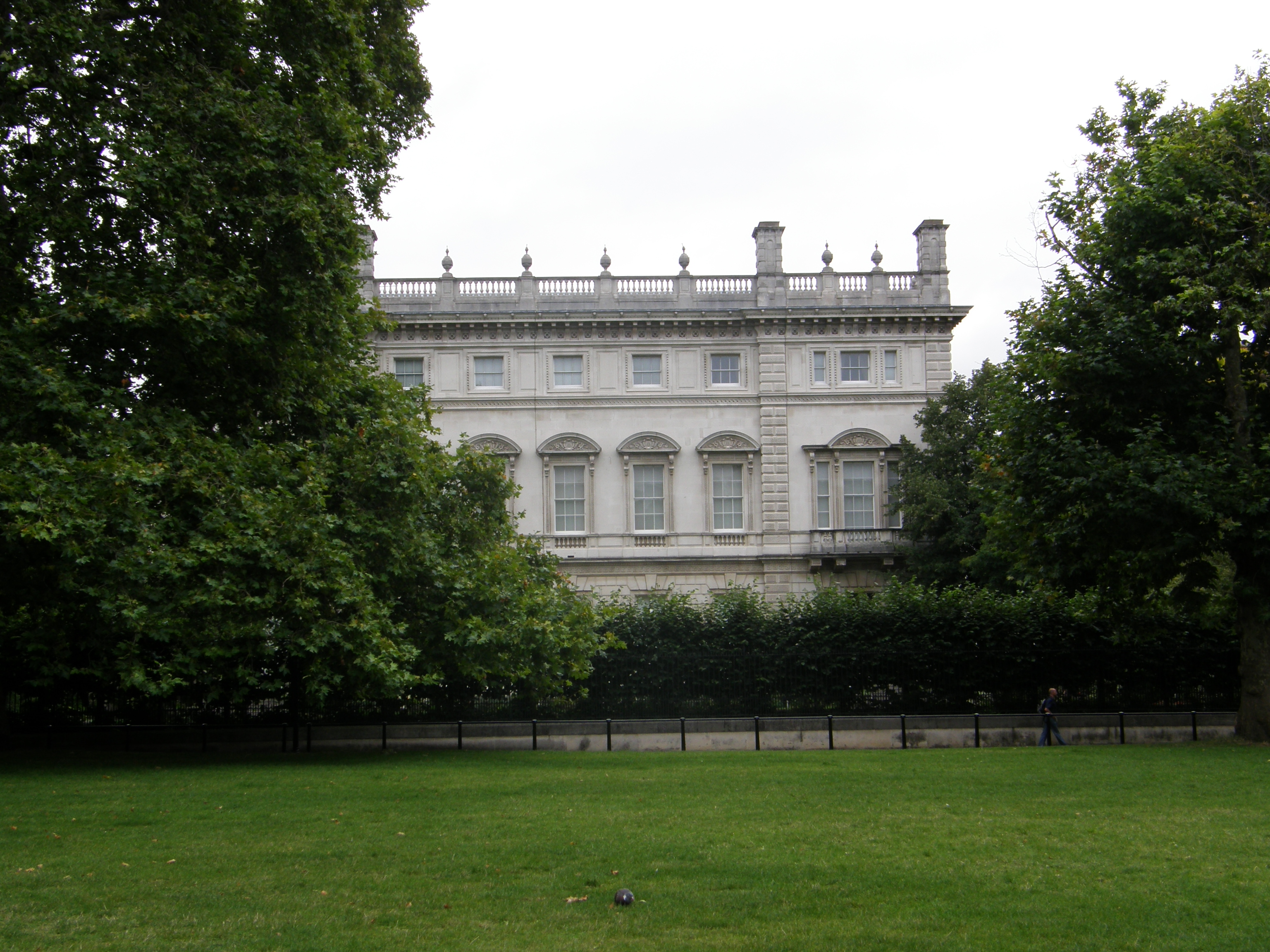 bridgewater house from green park a picture from green park to